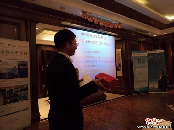 李峰博士在展示陈普茶