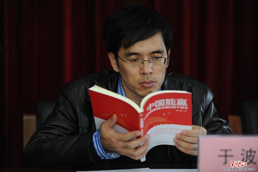 """求是杂志社总编室副主任 于波   我在求是杂志社负责求是理论网的工作,我们在网站上经常给出版社做一些图书推荐,红旗出版社这两年推出了一系列在社会上也好,在政府内也好,都非常有影响的图书,如""""提问""""系列、""""信仰""""系列、""""解读中国""""系列等等。我感觉红旗出版社定位还是很准的,抓住我们在新时期下怎么样做好理论宣传,这对我们来讲也是一个考验,图书出版选题是非常重要的,能不能结合当下时代我们广大干部群众的需要来选择一些选题。有了好的选题还要有好"""