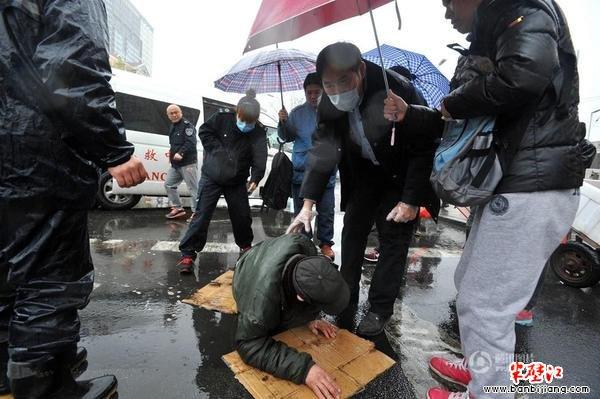众人撑伞救护老人,这是人性的回归吗?