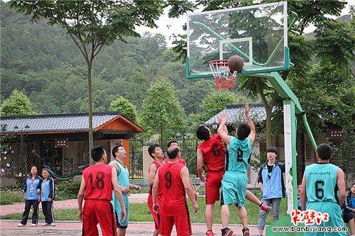 北川七一职中与永昌小学开展篮球友谊赛
