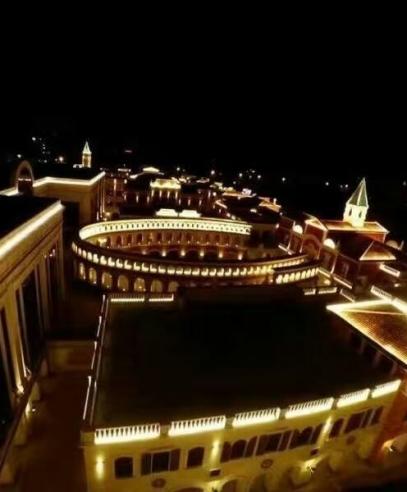 十一师昆仑建设公司建成了璀璨夺目的皇后天街