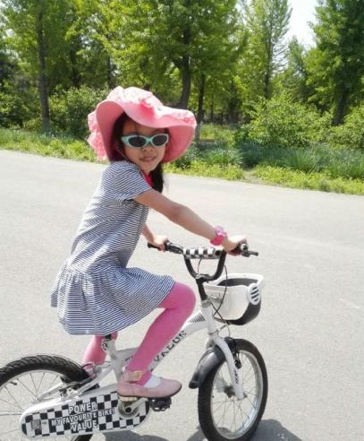 伍碧仙为小童星女儿万滢嘉量身打造《快乐的小河》