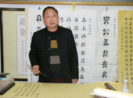 在蝌蚪文的世界里遨游――专访非物质文化遗产蝌蚪文唯一传承人刘远方